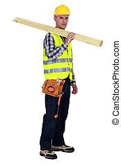 artesano, proceso de llevar, dos, tablas de madera, en, el suyo, hombro