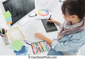 artista, dibujo, algo, en, bloc gráfico, en, oficina