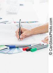 artista, dibujo, algo, en, papel, con, pluma, en, oficina