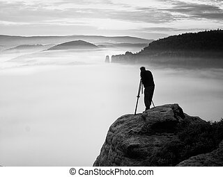 artista, fotógrafo, com, tripé, ligado, penhasco, trabalho