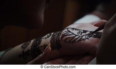 artiste, coup, femme, henné, peinture, main, ville, élevé, ...