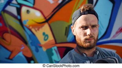artiste, debout, mur, contre, graffiti, 4k