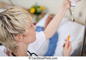 arts, aanpassen, infuus, fles, met, patiënt, het liggen op...