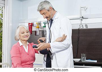 arts, controleren, bloeddruk, van, oude vrouw, in, rehab, centrum