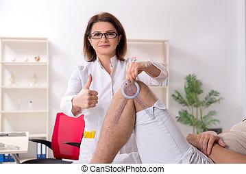 arts, controleren, goniometer, patiënt, joint, flexibiliteit, vrouwlijk