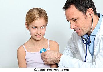arts, controleren, klein meisje, ademhaling