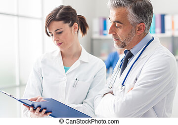 arts, controleren, medische verslagen, met, zijn, assistent