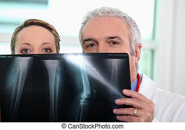 arts en verpleegster, beschouwende röntgen