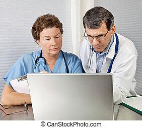 arts en verpleegster, het herzien, op, laptop computer, in, kantoor