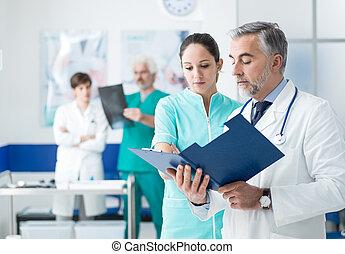 arts en verpleegster, het onderzoeken, medische verslagen