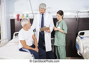arts en verpleegster, kijken naar, patiënt, op, rehab, centrum