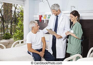 arts en verpleegster, kijken naar, senior, patiënt, op,...