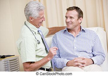 arts, geven, glimlachende mens, onderzoek, in, examen kamer