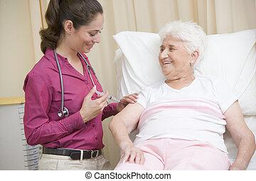 arts, geven, naald, om te, vrouw, in, examen kamer, het glimlachen