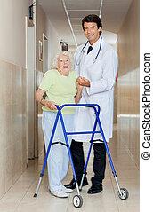 arts, helpen, een, oude vrouw, met, haar, walker