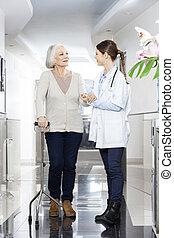 arts, helpen, oude vrouw, met, stok, in, rehab, centrum