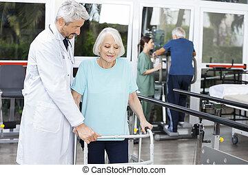 arts, helpen, senior, vrouwlijk, patiënt, met, walker, in, fitness, st