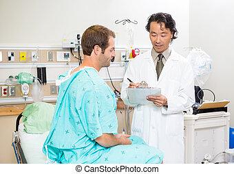 arts, het bespreken, medisch, rapport, met, patiënt, in, ziekenhuis