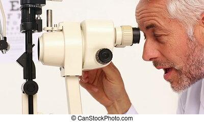 arts, het examineren ogen, van, bejaarden, patiënt