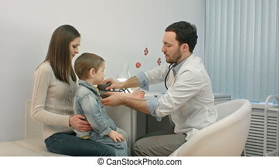 arts, het meten van bloeddruk, van, een, kind, in, onderzoek...