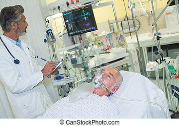 arts, het onderzoeken, senior, patiënt, met, zuurstofmasker