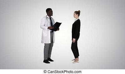 arts, het tonen, een, patiënt, de, röntgenfoto resulteert, dan, patiënt, bladeren, op, helling, achtergrond.