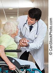 arts, het troosten, senior, patiënt, op, ziekenhuis