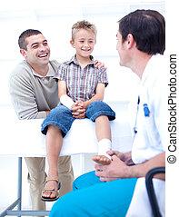 arts, het verbinden, een, patient\'s, voet, met, zijn, vader