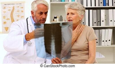 arts, het verklaren, een, xray, om te, patiënt