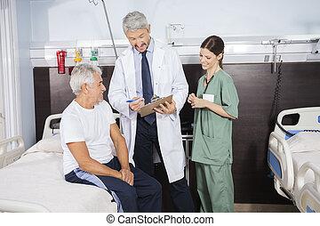 arts, het verklaren, rapport, om te, senior, patiënt, in, rehab, centrum