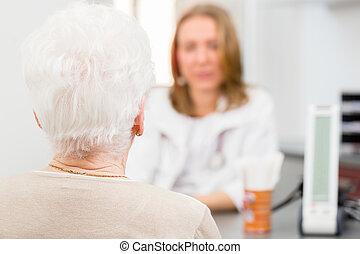 arts, het zien, senior, patiënt, in, praktijk