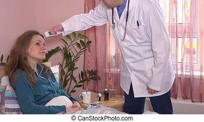 arts, in, witte , smock, maatregel, jonge patiënt, temperatuur, met, digitale thermometer