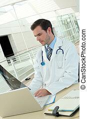 arts, in, ziekenhuis, kijken naar, radiografie