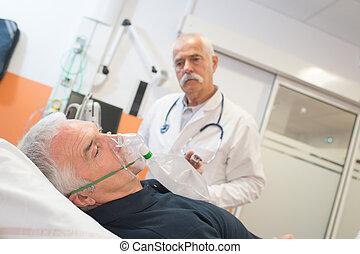 arts, kijken naar, hoger mannetje, patiënt, inademen, door, zuurstofmasker