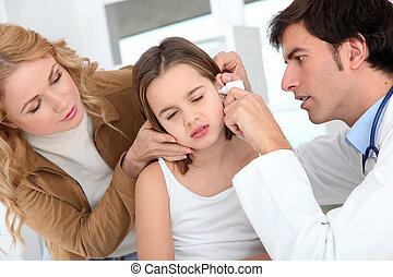 arts, kijken naar, klein meisje, oor infectie