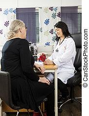 arts, kijken naar, rotator manchet, model, terwijl, zittende , met, patiënt