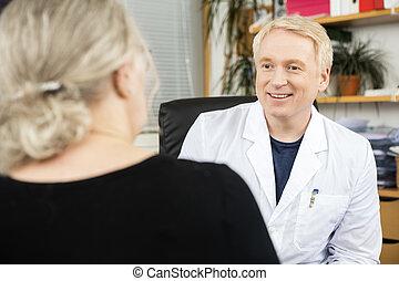arts, kijken naar, senior, patiënt, in, kantoor