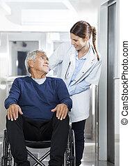 arts, kijken naar, senior, patiënt, op, wiel stoel