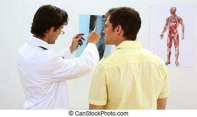 arts, kijken naar, xray, met, patiënt