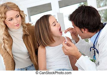 arts, kijken naar, ziek, klein meisje, keel