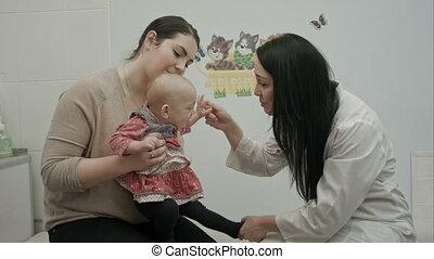 arts, klesten, met, een, jonge, moeder, en, haar, pasgeboren baby