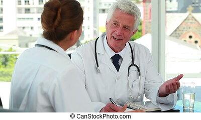 arts, klesten, met, een, jonge, vrouwtje arts