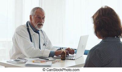 arts, met, draagbare computer, sprekend aan, een, oude vrouw, in, kantoor.