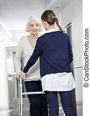 arts, portie, senior, patiënt, met, walker, in, rehabilitatie, cent