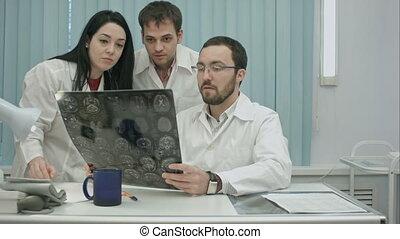 arts, trio, bang, onderzoeken nauwkeurig, controleren, jonge, patiënt, hoofd