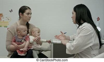 arts, uitleggen, moderne, pasgeboren, binnen, tweeling, iets, vrouwlijk, moeder, baby, ziekenhuis, kinderarts