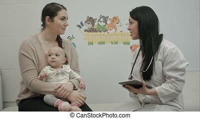 arts, uitleggen, pasgeboren, iets, moeder, baby, vriendelijk, kinderarts