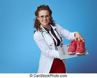 arts, vrouw, gewicht, het tonen, schub, gymschoen, fitness