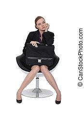 ascetyczny, kobieta interesu, posiedzenie w krześle, z, niejaki, aktówka, na, jej, poła