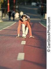 ascoltare, mp3, pronto, ragazza, standing, felice, poco, outdoor., player., inizio, start., modo, ready., headphones., book., correndo, linea, capretto, audio, successo, girl., mentre, music.